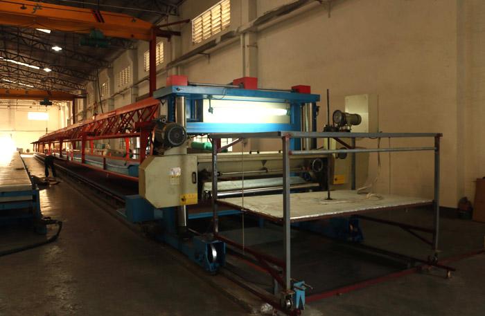 YALC-1650 The European Shilai track shoe sponge cutting machine